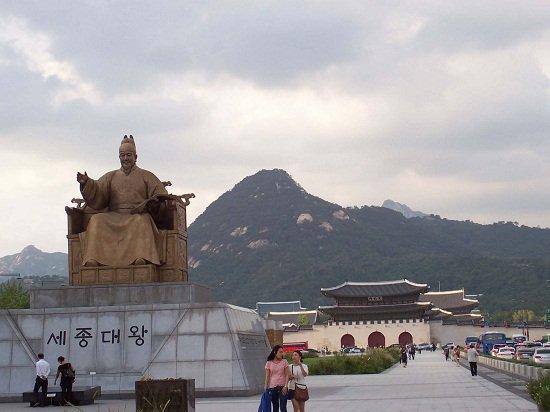 Tượng Vua Sejong tại quảng trường Gwanghwamun, Seoul