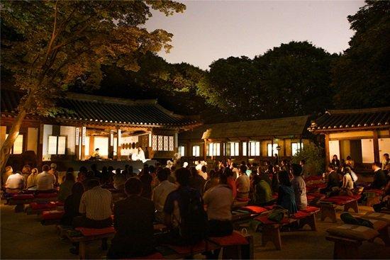 Thưởng thức nghệ thuật tại tòa nhà Yeongyeongdang trong tour tham quan cung điện Hàn Quốc ban đêm